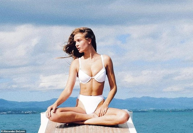 Josephine Skriver diện bikini lấp ló ngực đầy - Hình 5